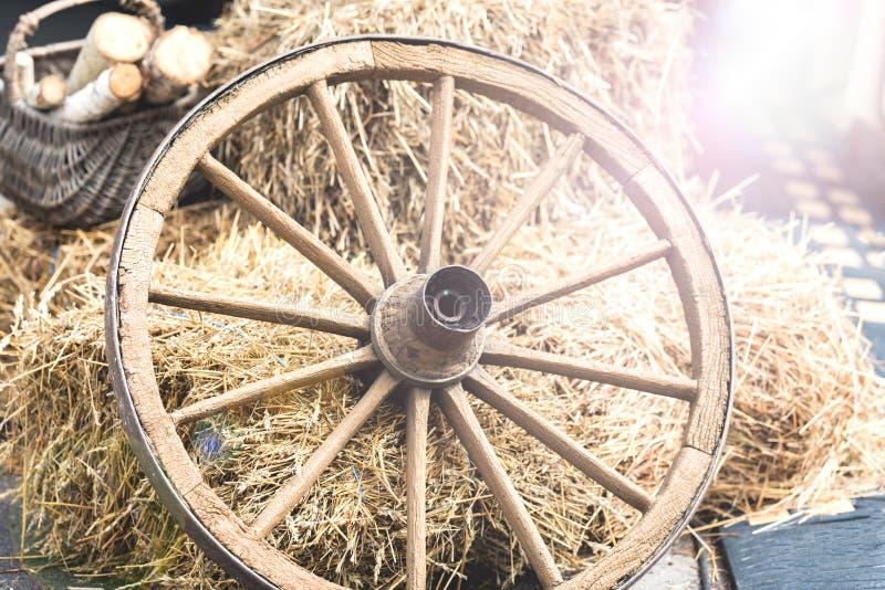 从推车的木轮子 免版税图库摄影