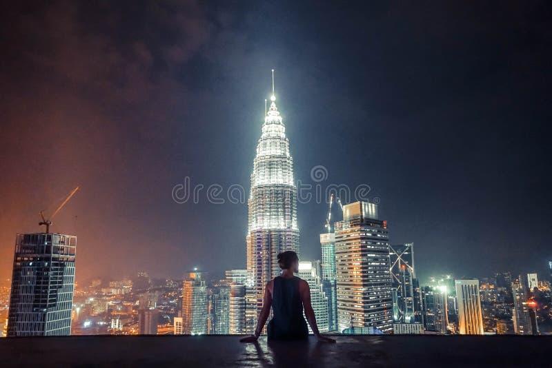 从摩天大楼的顶端夜城市 库存图片
