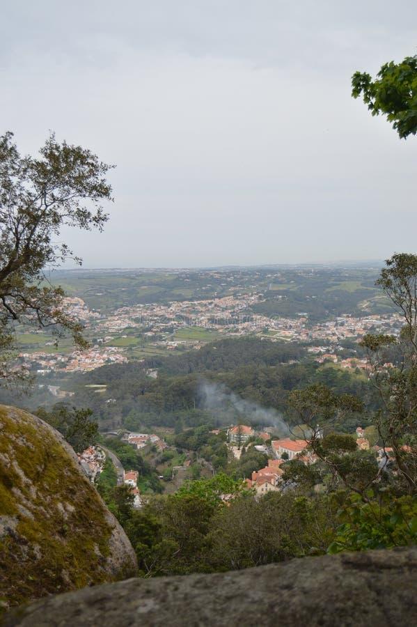 从摩尔人城堡,XII世纪中世纪城堡的看法有看法向海在辛特拉 自然,建筑学,历史 库存图片