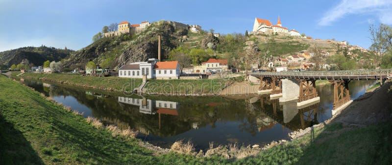 从摩拉维亚南部的Dyje河看Znojmo城 库存照片