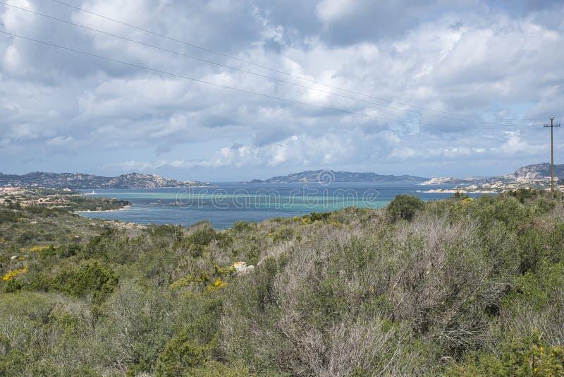 从撒丁岛的风景有la作为背景的马达莱纳半岛archipel的 库存照片