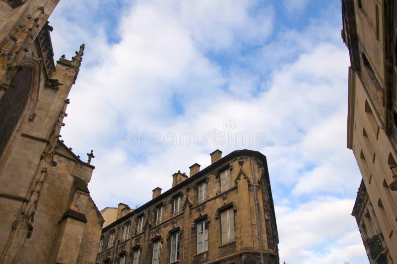 从教堂的底部到顶部,以及周围的建筑 多云天空 库存图片