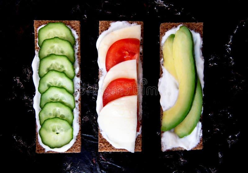 从整个五谷黑麦薄脆饼干的健康不同的黑麦三明治 概念吃健康 库存照片