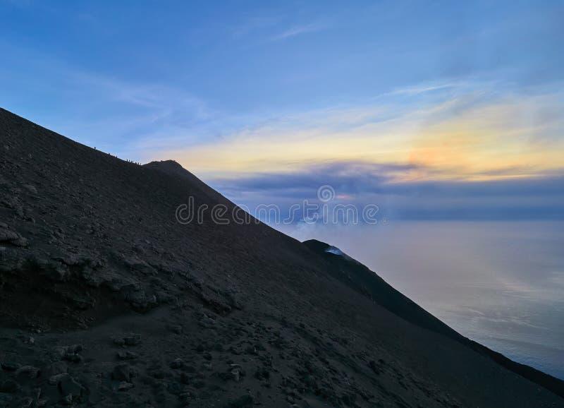 从斯特龙博利岛火山的顶端看法在风神海岛,西西里岛,意大利 免版税库存图片