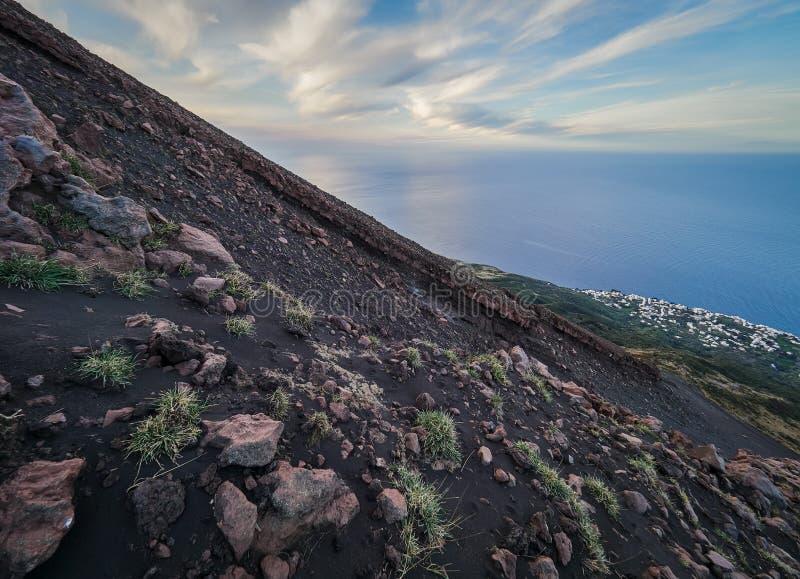 从斯特龙博利岛火山的顶端看法在风神海岛,西西里岛,意大利 库存图片