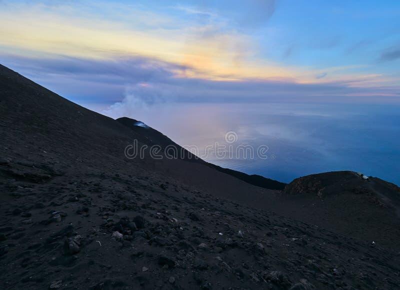从斯特龙博利岛火山的顶端看法在风神海岛,西西里岛,意大利 免版税图库摄影