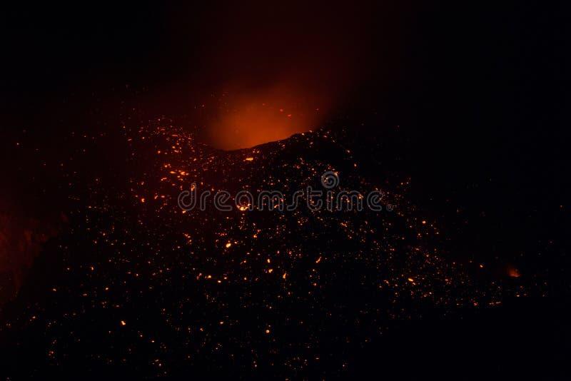 从斯特龙博利岛火山的Strombolian爆发与熔岩落后爆炸 免版税库存照片