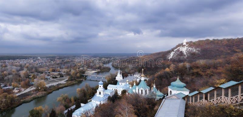 从斯维亚托戈尔斯克Lavr的观察台的全景 免版税库存图片