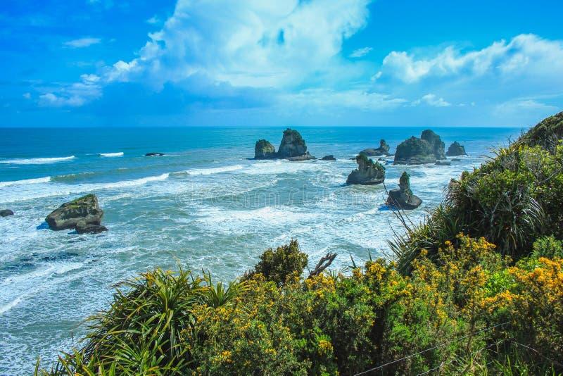 从新西兰南岛的格雷茅斯和韦斯特波特之间欣赏西海岸线 图库摄影