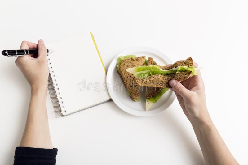 从新鲜的多士的三明治用乳酪和沙拉在工作地点 W 库存图片