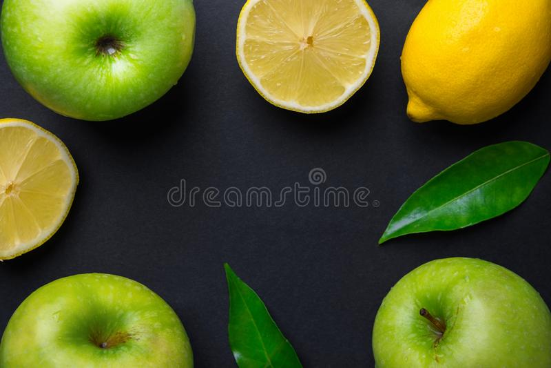 从新鲜的未加工的绿色有机苹果水多的柠檬的框架构成在黑背景离开 健康生活方式维生素戒毒所 库存图片