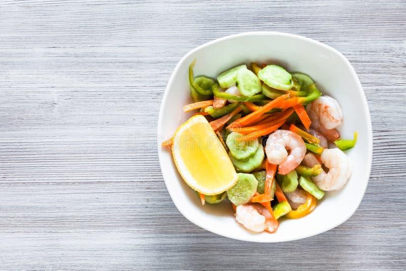 从新鲜蔬菜和虾的大虾沙拉 免版税库存照片