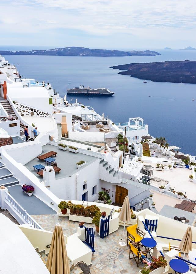 从旅馆的大阳台您有在Fira,圣托里尼,希腊靠码头游轮的一个好的看法 免版税库存图片