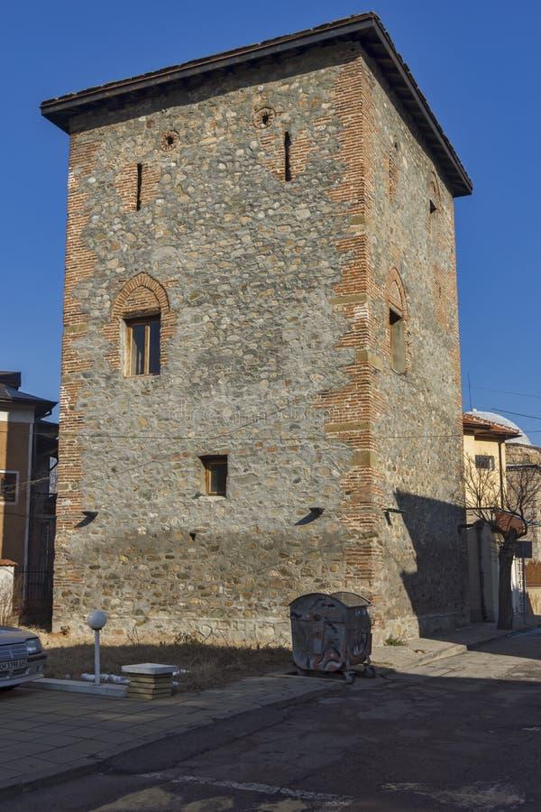 从无背长椅期间的Pirgova塔在丘斯滕迪尔,保加利亚镇  免版税库存图片