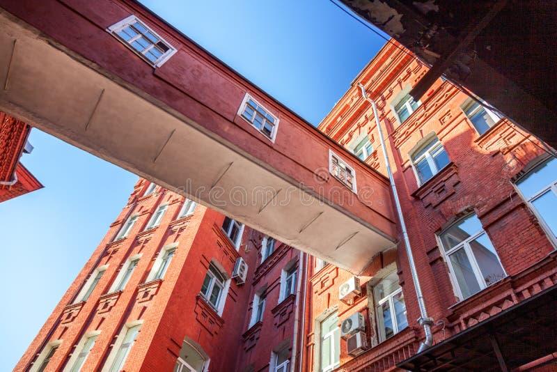 从明亮的红砖反对蓝天,抽象ar的大厦 免版税库存图片