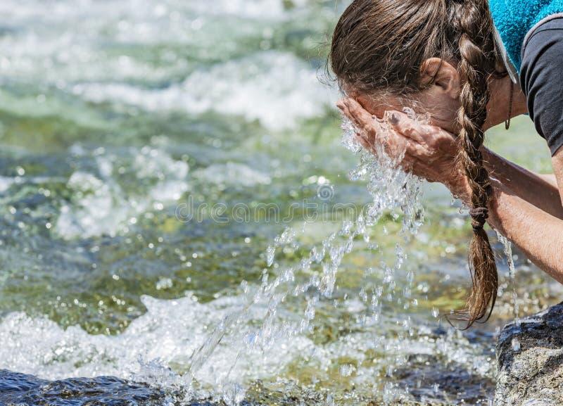 从春天小河的新鲜的饮用水 免版税图库摄影