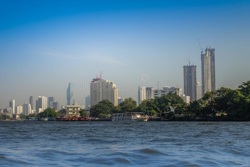 从昭披耶河的美好的曼谷都市风景视图 曼谷是资本和多数人口众多的市泰王国, 库存图片
