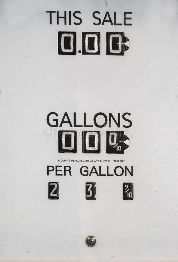 从显示改变的价格每个加仑和总价格主要的古色古香的气泵的价格变动盘区黑白与菲利普sc 免版税图库摄影