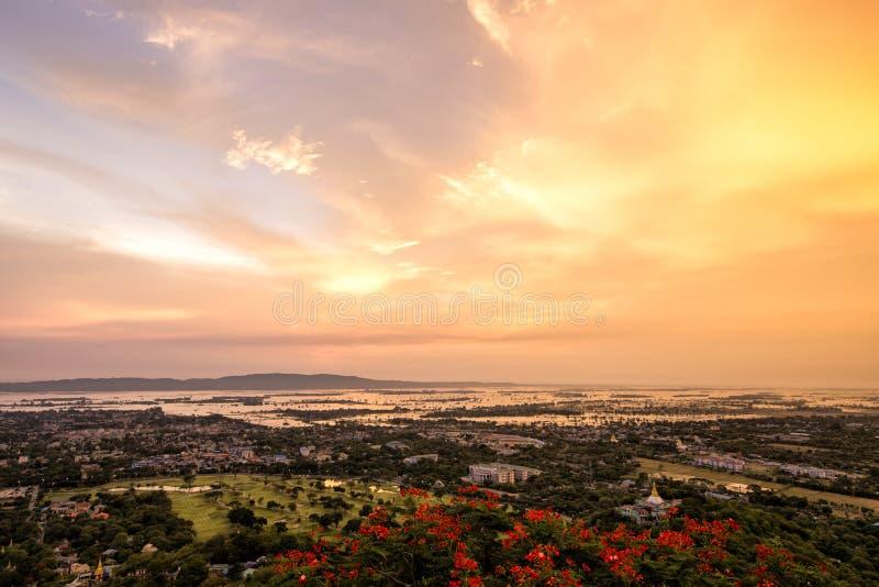 从曼德勒小山,缅甸的日落视图 库存图片