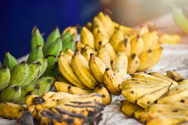 从有机庭院果子的收获香蕉 免版税库存照片