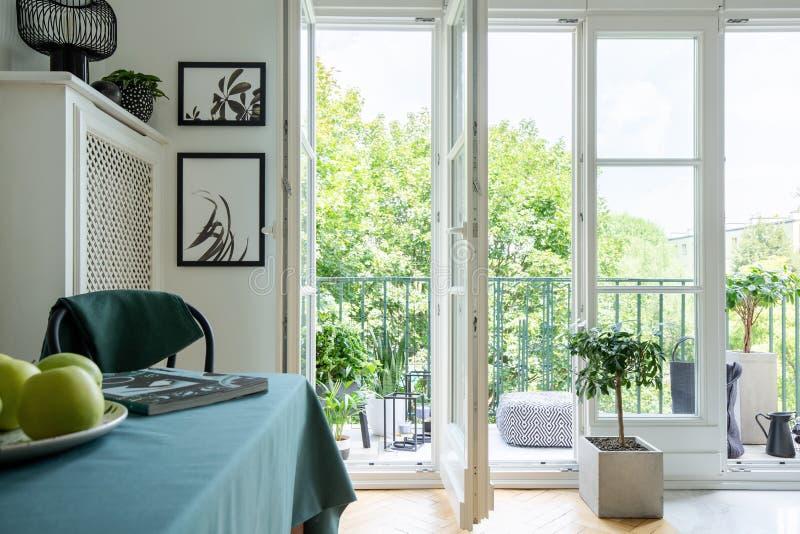 从有苹果门户开放主义和特写镜头的一个阳台停放在一张桌上的在每日室内部 库存照片