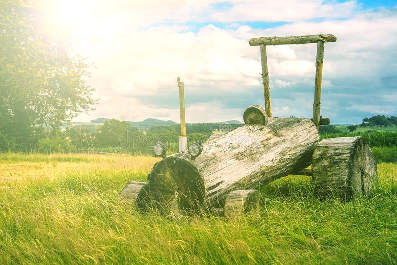 从木头做的拖拉机 库存照片