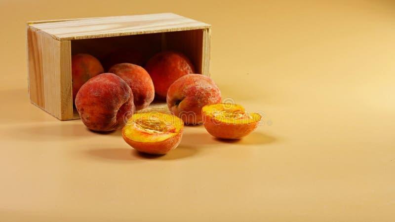 从木箱驱散的甜桃子 极好的背景 新桃子概念 平的位置 复制文本 图库摄影