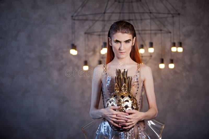 从未来的年轻女人,概念 礼服由透明塑料和人为食物制成 未来派时尚, 库存照片