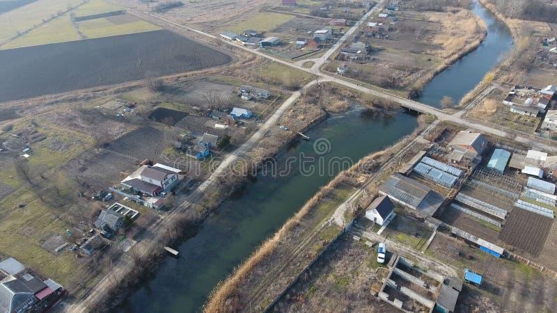 从村庄的顶端看法 没有沥青和单层的房子的街道 库班河州农业大学村庄 免版税库存图片