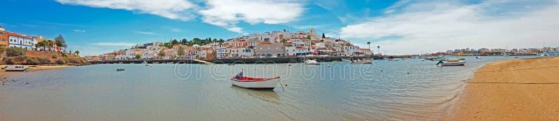 从村庄Ferragudo的全景在阿尔加威葡萄牙 库存照片