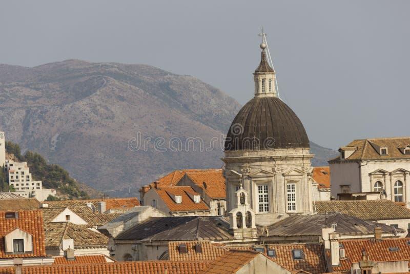 从杜布罗夫尼克屋顶的顶端镇墙壁的看法,有大教堂圆顶的 免版税库存照片