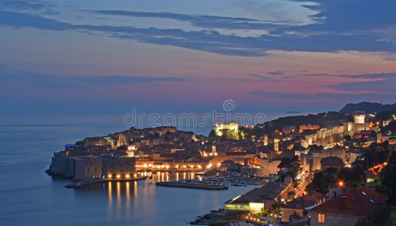 从杜布罗夫尼克港口和镇墙壁的顶端看法 免版税库存照片