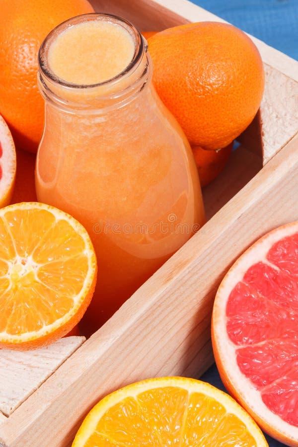 从柑橘水果的新近地被混和的coctail当来源自然矿物 减肥,饮食和健康营养 免版税库存图片