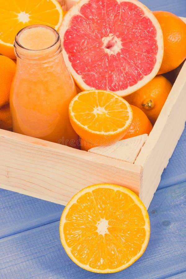 从柑橘水果的新近地被混和的coctail当来源自然矿物 减肥,饮食和健康营养 免版税图库摄影