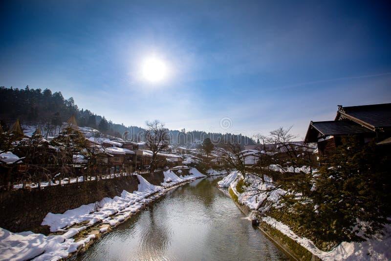 从桥梁的河和城市视图在takayama,日本 背景的图象 库存照片