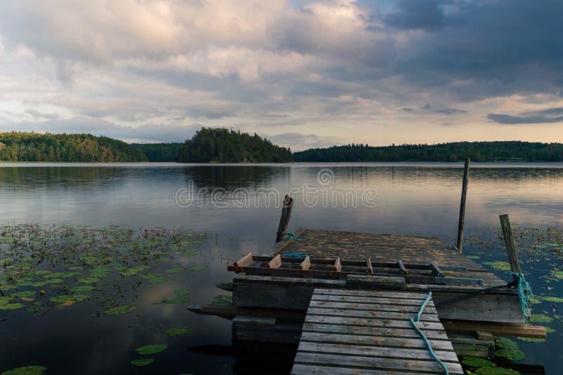 从桥梁的湖视图 库存图片