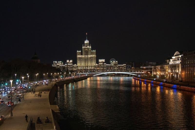 ?? 从桥梁的看法向江边 莫斯科河 黑暗的天空 美妙地有启发性大厦 免版税图库摄影