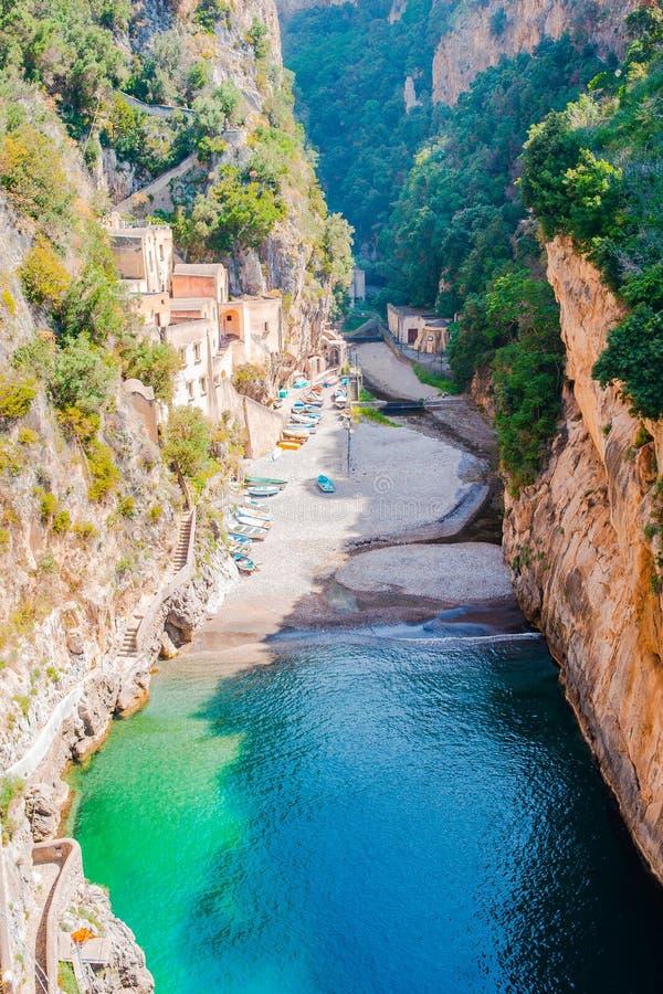 从桥梁看见的著名fiordo di furore海滩 图库摄影