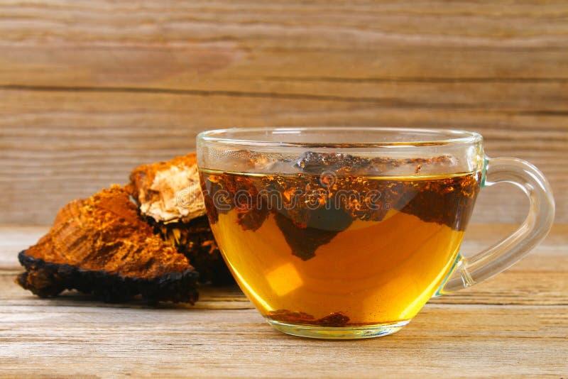 从桦树蘑菇chaga的医治用的茶用于民间医学 库存图片