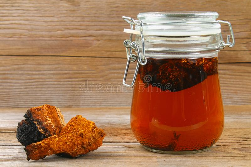 从桦树蘑菇chaga的医治用的茶用于民间医学 免版税库存图片