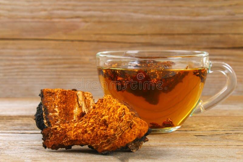从桦树蘑菇chaga的医治用的茶用于民间医学 库存照片