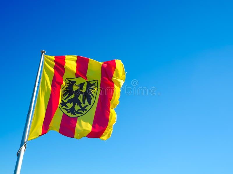 从梅赫伦的自治市的红色和黄色镶边旗子 库存图片