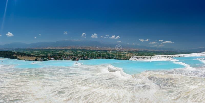 从棉花堡,代尼兹利,土耳其的自然石灰华水池和大阳台视图 棉花城堡晴朗的明亮的天 库存照片