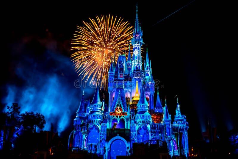 从此以后是壮观的烟花显示在黑暗的夜背景的灰姑娘的城堡在不可思议的王国17 库存图片