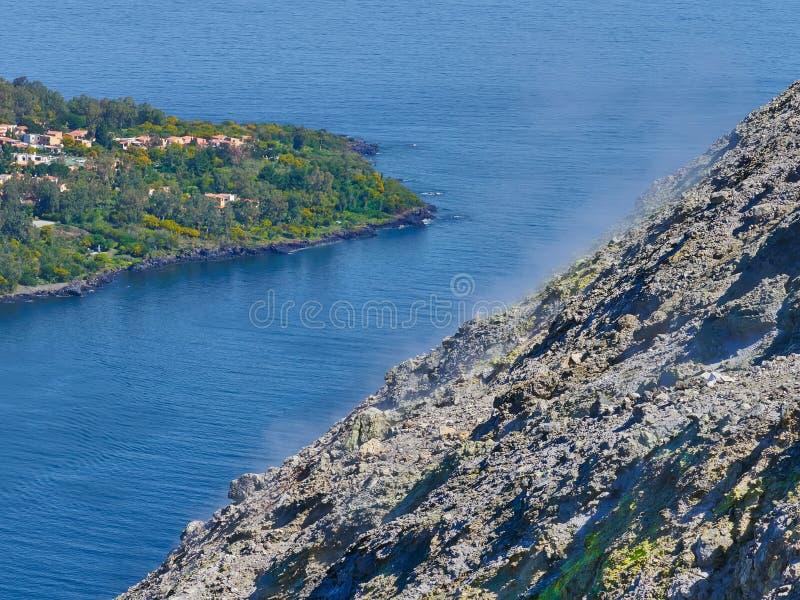 从武尔卡诺岛海岛的火山的顶端看法在风神海岛,西西里岛,意大利 免版税库存照片