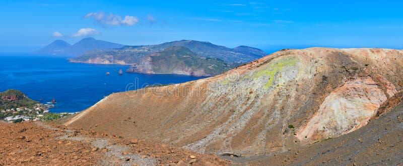 从武尔卡诺岛海岛的火山的顶端看法在风神海岛,西西里岛,意大利 库存图片