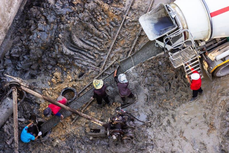 从气压的静态乏味堆钻井引擎基础力量的和倾吐与被集中的液体混凝土 库存图片