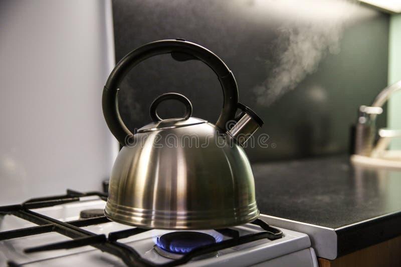从水壶的蒸汽通过口哨 免版税库存图片