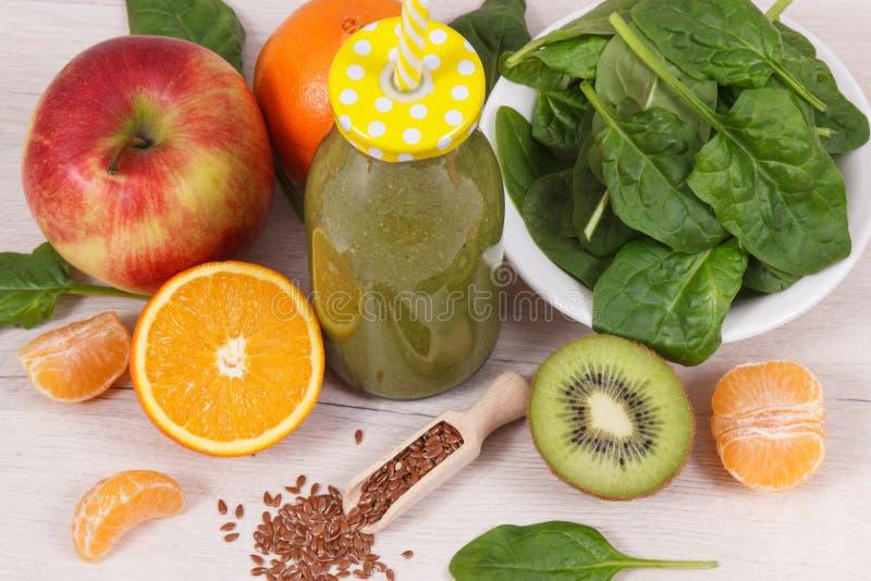 从水果和蔬菜的健康圆滑的人当来源维生素和矿物,减肥概念 图库摄影