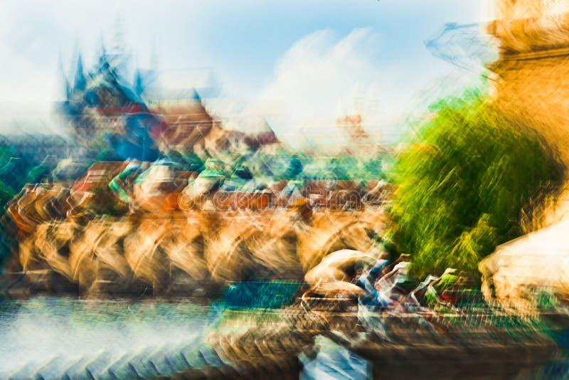 从江边、城堡和查尔斯桥梁-抽象表现主义印象主义的布拉格视图 免版税库存图片